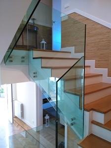 referencias de trabajos realizados en escaleras con vidrio templado