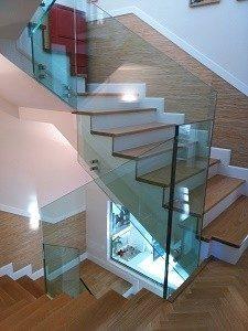 barandillas de vidrio en descansillo de escaleras