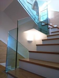barandillas de vidrio en arranque de descansillo en escaleras