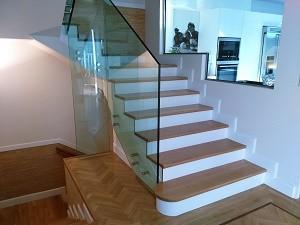barandilla de vidrio en arranque escaleras hall