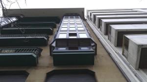 vista inferior de miradores de aluminio en bulebard