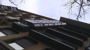 vista lateral derecho de los miradores de aluminio en bulebard