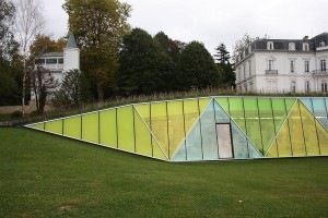 vista lado izdo de muro cortina con formas triangulares y cristales amarillos en aiete