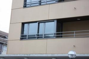 mirador de aluminio en escuadra en residencia de día de zarautz