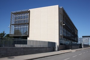 referencias de trabajos en Edificio Campezo con muro cortina de aluminio de trama horizontal y vidrios azules