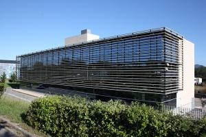 vista general de muro cortina de aluminio de trama horizontal y vidrios azules
