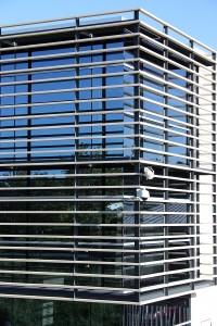 esquina 90 grados con muro cortina de aluminio de trama horizontal y vidrios azules