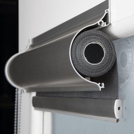 sección de cofre aluminio con cortina enrrollable en su interior