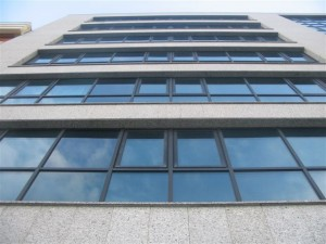 6 miradores de muro cortina color negro y vidrios azules