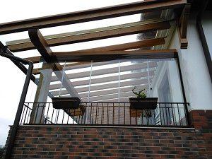 cortina de cristal cerrada desde el exterior en porche de madera