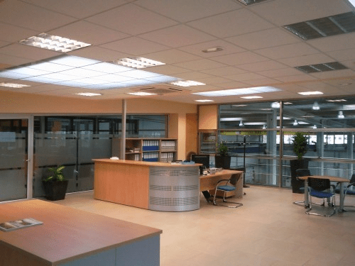 instalaciones de oficina y persona de contabilidad y calidad