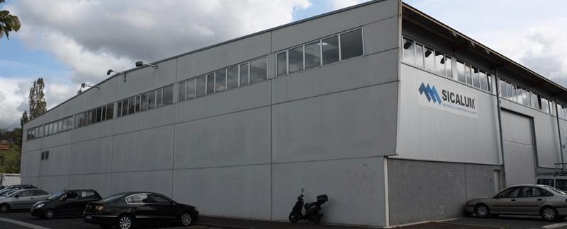 fachada lateral y trasera de Sicalum carpintería metálica y pvc como presentación de la empresa