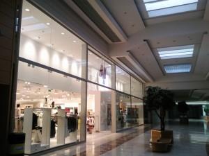 vista lateral izquierda de tienda H&M