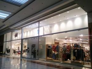 vista lateral derecha de tienda H&M
