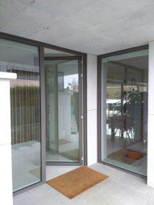 referencias de trabajos en cesar chicote con puerta de aluminio gris plomo y vidrio claro
