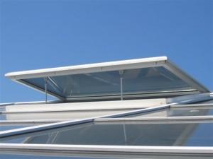 vista exterior de hoja abierta de lucernario blanco