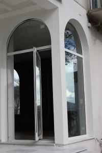 ventana pivotante vertical en blanco con vidrio claro en san juan de luz
