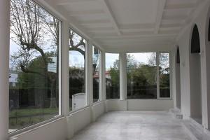 ventanas de aluminio blanco desde el interior en galeria de san juan de luz
