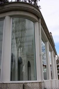 ventana curva de aluminio y vidrio vista desde el exterior