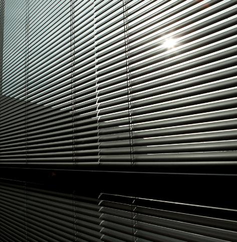 cortina veneciana aluminio color oscuro y bajada