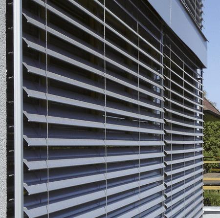 veneciana exterior de aluminio en color azul y frente de cajón superior