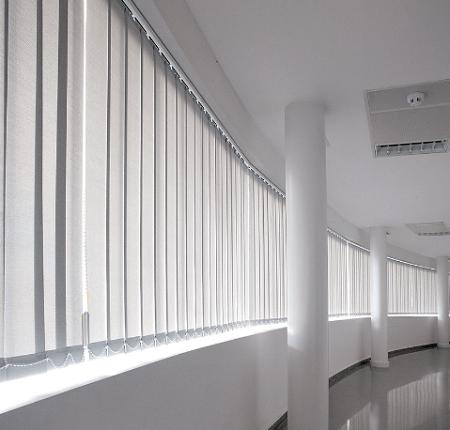 cortinas verticales con tela en color gris clarito
