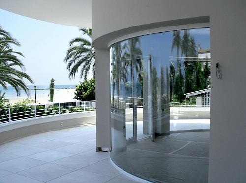 vidrios en ventanas curvado en terraza junto al mar