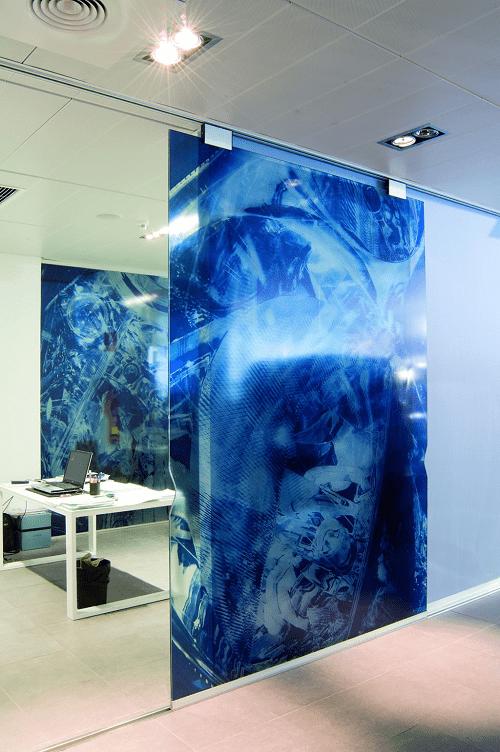 mampara de vidrio con impresión de dibujo azul en oficina