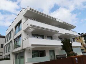 fachada blanca con carpinterias de aluminio a fachada sur
