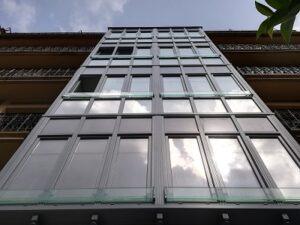 mirador de pvc en gris con vidrio en 4 plantas