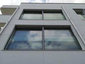 ventana corredera aluminio 2 hojas, barandillas de vidrio y persiana