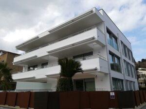 fachada blanca con carpinterias de aluminio a fachada norte
