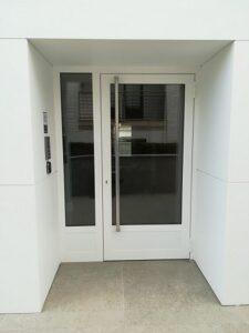 puerta de aluminio 2 hojas blanca acristalada