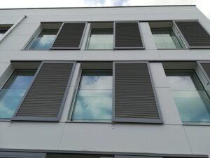 contraventana aluminio gris, barandilla de cristal y ventana acristalada de 1 hoja