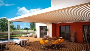 techo de lamas de aluminio blancas junto a vivienda